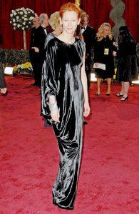 تیلدا سوئینتن، برای فیلم مایکل کلیتون برنده اسکار بهترین بازیگر نقش مکمل زن شد. او در این مراسم لباس ساخت لنوین را پوشیده بود.