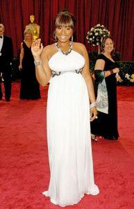 جنیفر هادسن یک سال پس از کسب اسکار بهترین هنرپیشه نقش مکمل در مراسم اسکار با لباس سفیدرنگ طرح روبرتو کاوالی حاضر شد.
