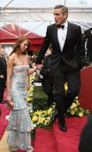 جورج کلونی و سارا لارسون، دوست دختر سابقش در مراسم اسکار. کلونی کاندیدای اسکار بهترین هنرپیشه برای فیلم مایکل کلیتون بود.