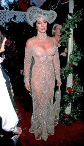 شر، خواننده و هنرپیشه برنده اسکار با لباس باب مکی در اسکار حاضر شد. او سالهاست با لباسهای این طراح در مراسم مختلف حضور مییابد.