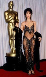 شر برای فیلم دیوانه اسکار بهترین هنرپیشه زن را به دست آورد. این یکی از معروفترین لباسهای تاریخ اسکار است.