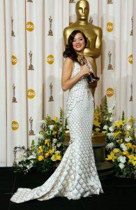 ده سال پیش ماریون کوتیلار برنده اسکار بهترین بازیگر به خاطر ایفای نقش ادیت پیاف شد. لباس او در این مراسم کار ژان پل گوتیه بود.