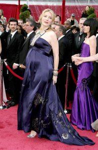 کیت بلانشت حامله با لباس دریز ون نوتن در مراسم اسکار شرکت کرد. او به خاطر دو فیلم الیزابت و من آنجا نیستم، کاندیدای اسکار بود.